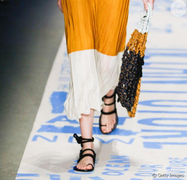 Looks com rasteiras e tênis para o verão. Sandália amarrada no tornozelo é tendência como essa da Osklen, que traz ainda mais conforto para o look minimal