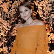 Macacão mostarda e colar de pérolas douradas: o look de Leticia Colin em jantar