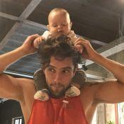 Rafael Cardoso brinca com o filho caçula, Valentim, na piscina: 'Eu tô nadando!'