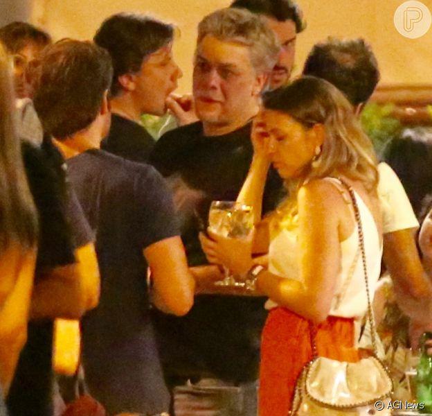 Nova namorada? Fabio Assunção curte bar com loira em bar do Rio
