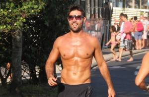 Sandro Pedroso, ex de Susana Vieira, exibe corpo sarado em corrida na praia