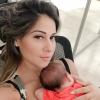 Mayra Cardi rebate críticas por posição da filha em vídeo: 'Falta de respeito'