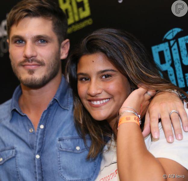 Giulia Costa exibiu anel igual ao de Philippe Correia em show do Jota Quest neste sábado, 1 de dezembro de 2018