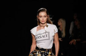 Versace mostra nova coleção em desfile cheio de looks clássicos da marca