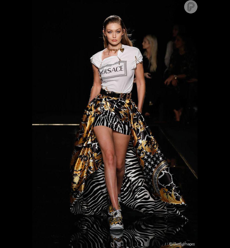 Desfile da Versace rolou em Nova York em 2 de dezembro de 2018. Gigi Hadid desfilou uma saia mullet