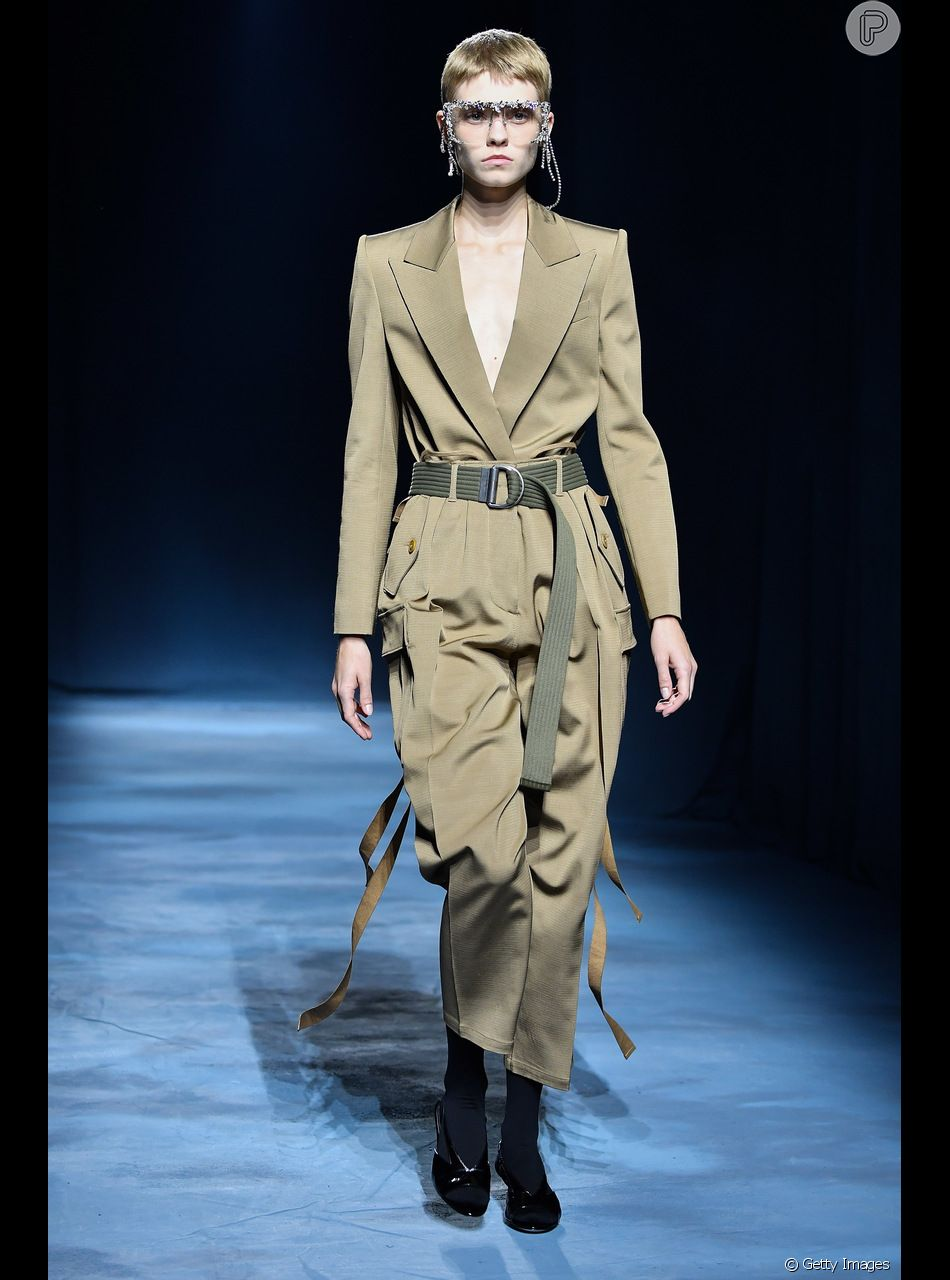 Diferentes formas de usar a calça cargo neste verão. Com blazer formando um conjunto, a peça vai ao escritório. O look é Givenchy