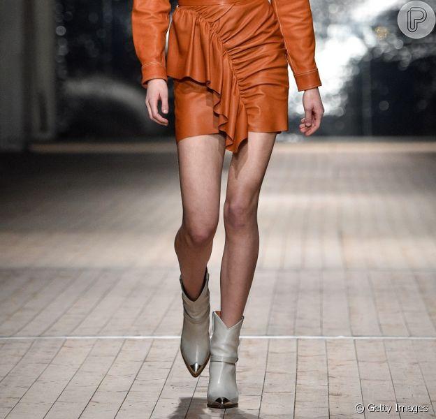 É tendência: veja fotos de looks com bota branca e inspire-se