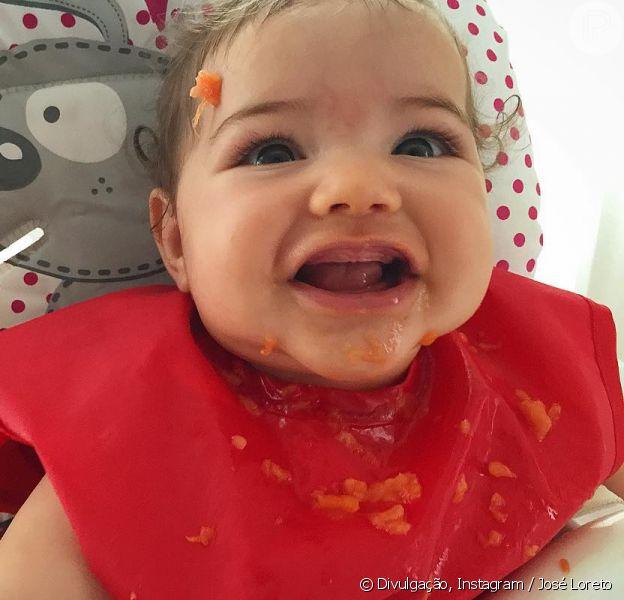 Filha de José Loreto e Débora Nascimento, Bella encantou a web ao comer mamão pela primeira vez