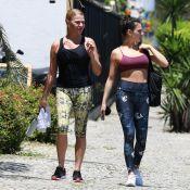 Isis Valverde combina top e legging florida para ir à academia com a mãe. Fotos!