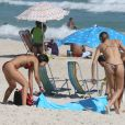 Sasha Meneghel arruma canga na praia com amigas