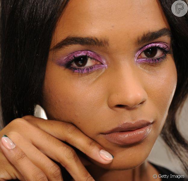 Saiba como usar a maquiagem roxa queridinha das famosas