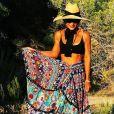 A saia longa e rosada mega estampada já foi aposta de Juliana Paes em viagens