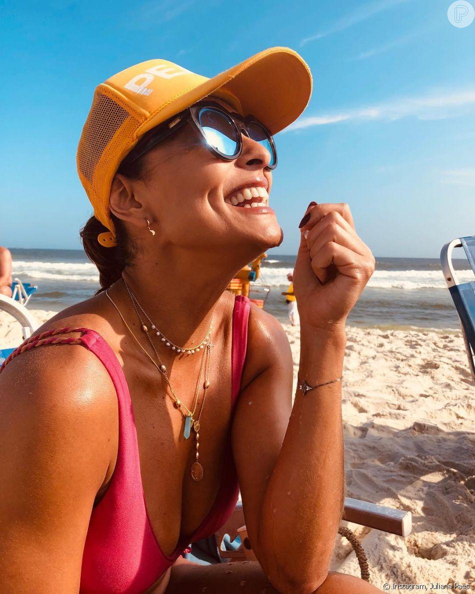 Juliana Paes é estilosa até nos looks de praia  a atriz não dispensa óculos  de sol, bonés e colares 852d50a549