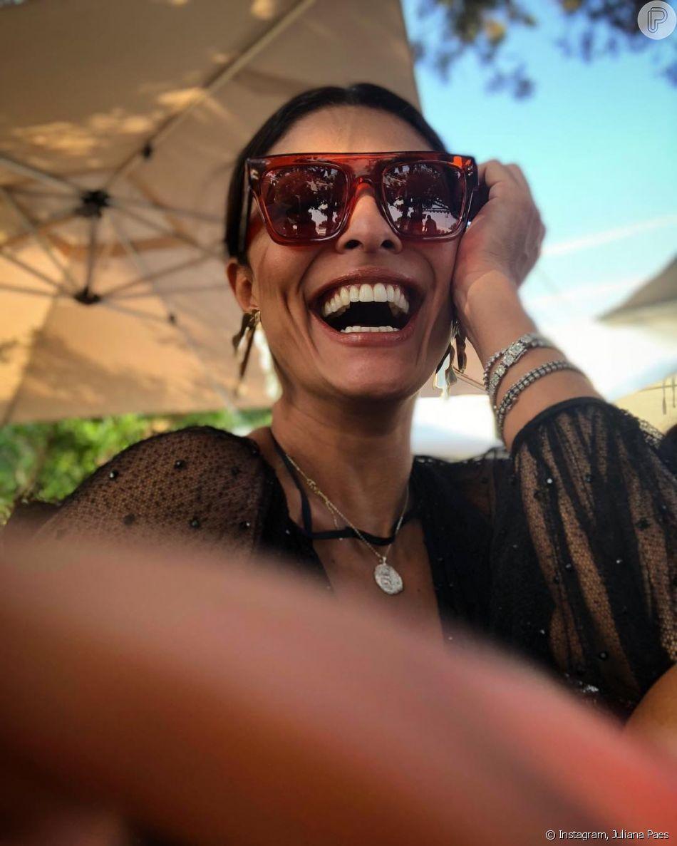O óculos de sol no estilo máscara, bem grande e estiloso, é um dos  favoritos de Juliana Paes 84dbf3aa56
