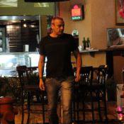 Sem Julia Lemmertz, Alexandre Borges é clicado sozinho em bar do Leblon