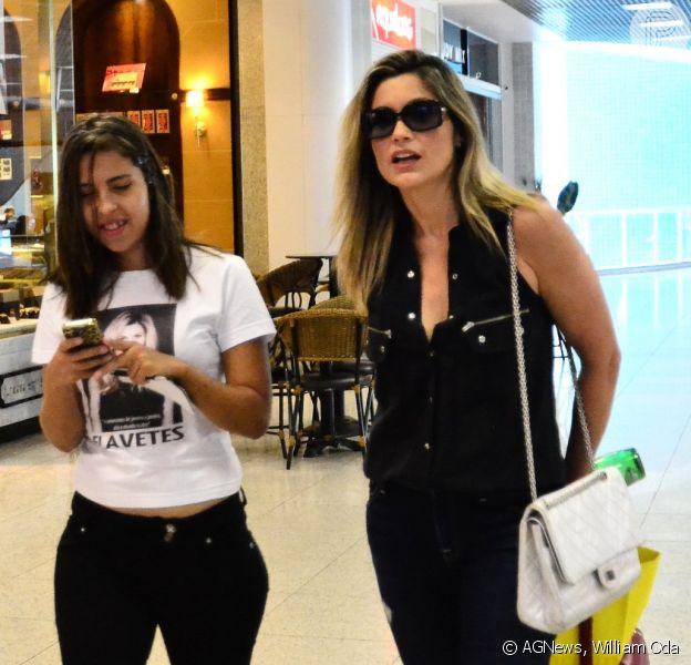 Flávia Alessandra foi abordada por uma menina de seu fã-clube antes de embarcar no aeroporto Santos Dumont, no Rio de Janeiro, na tarde desta terça-feira, 16 de setembro de 2014