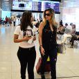 Flávia Alessandra foi abordada por uma menina de seu fã-clube antes de embarcar no aeroporto Santos Dumont, no Rio de Janeiro, na tarde desta terça-feira, 16 de setembro de 2014. Atenciosa, a atriz posou para várias selfies e ganhou um presente da fã
