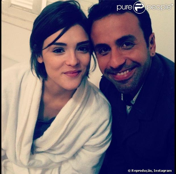 Guilherme Gonzalez posa com Isabelle Drummond nos bastidores de gravações da novela 'Sangue Bom', em 14 de fevereiro de 2013