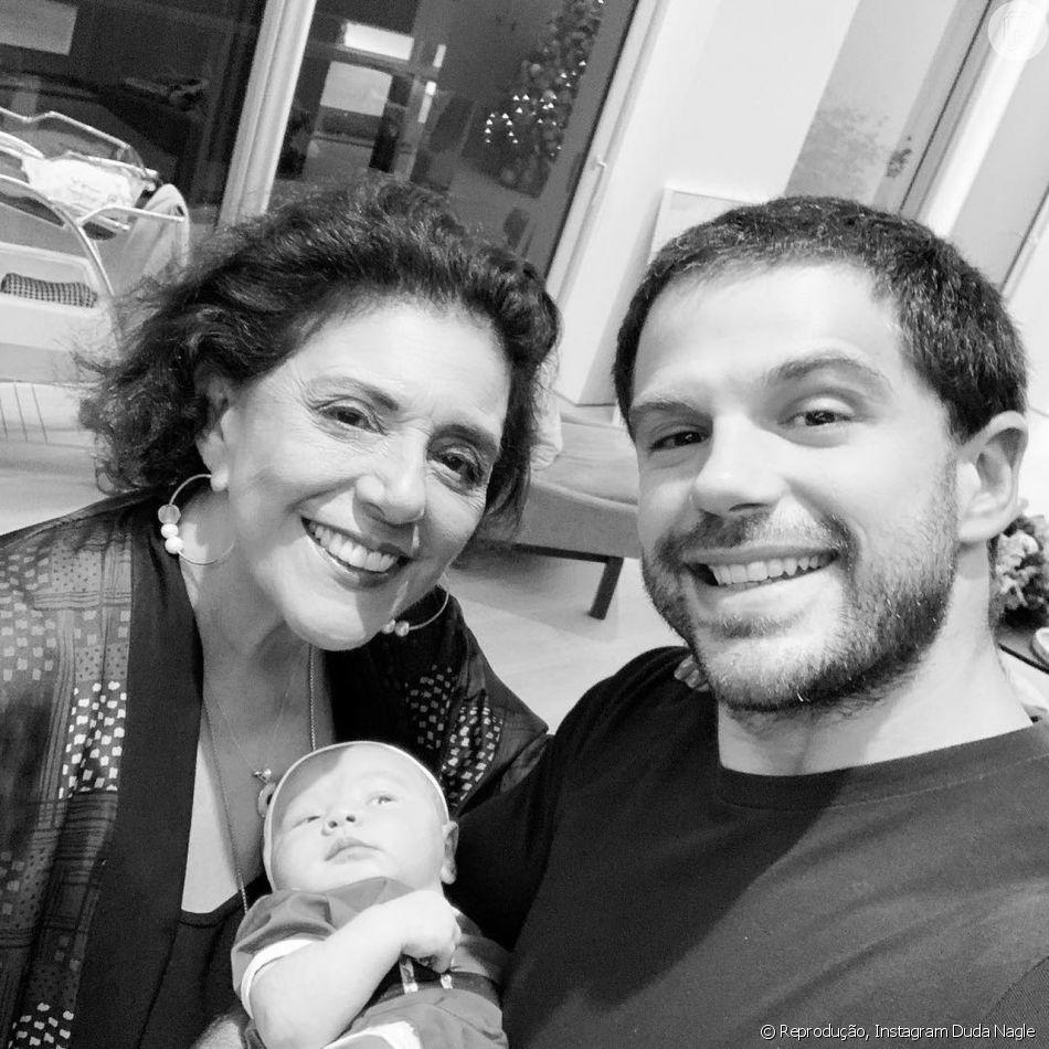 Duda Nagle parabenizou a mãe, a jornalista Leda Nagle, compartilhando foto na qual aparecem ele, a mãe e a filha, Zoe, de 1 mês: 'Supervó'