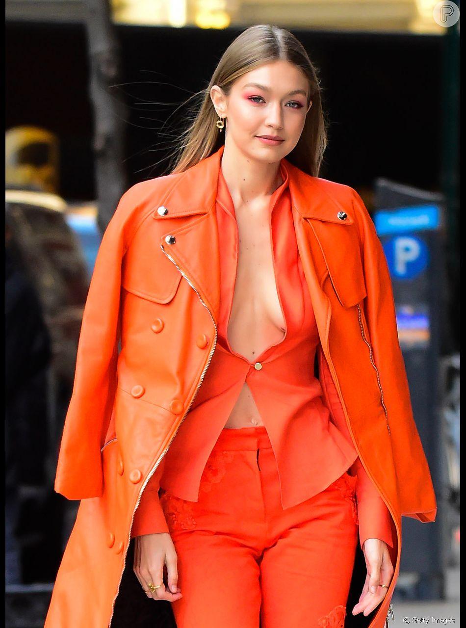Gigi Hadid apostou na sombra laranja avermelhada para combinar com o conjuntinho coral