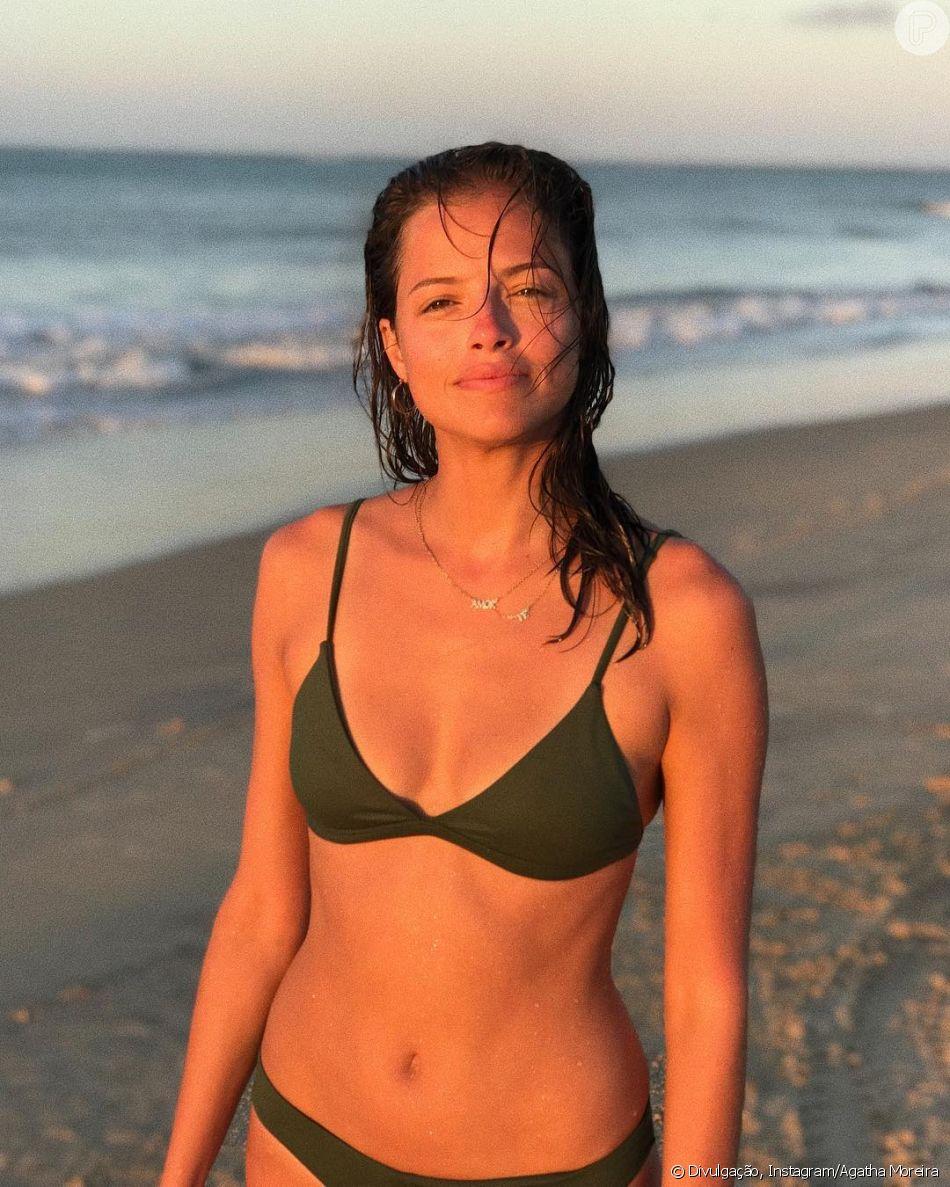 Na Bahia, Agatha Moreira curtiu um dia de sol sem produção