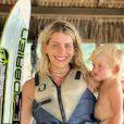 Karina Bacchi se divertiu com o filho, Enrico, no verão, sem maquiagem