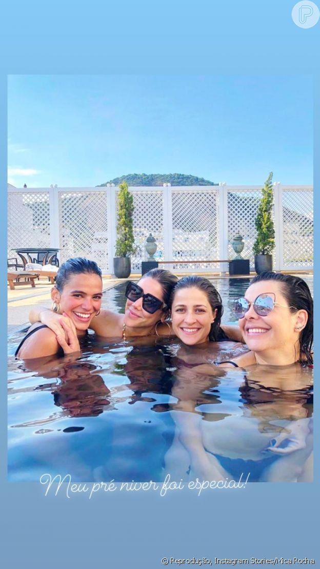 Bruna Marquezine curtiu piscina de hotel no Rio com amigas famosas