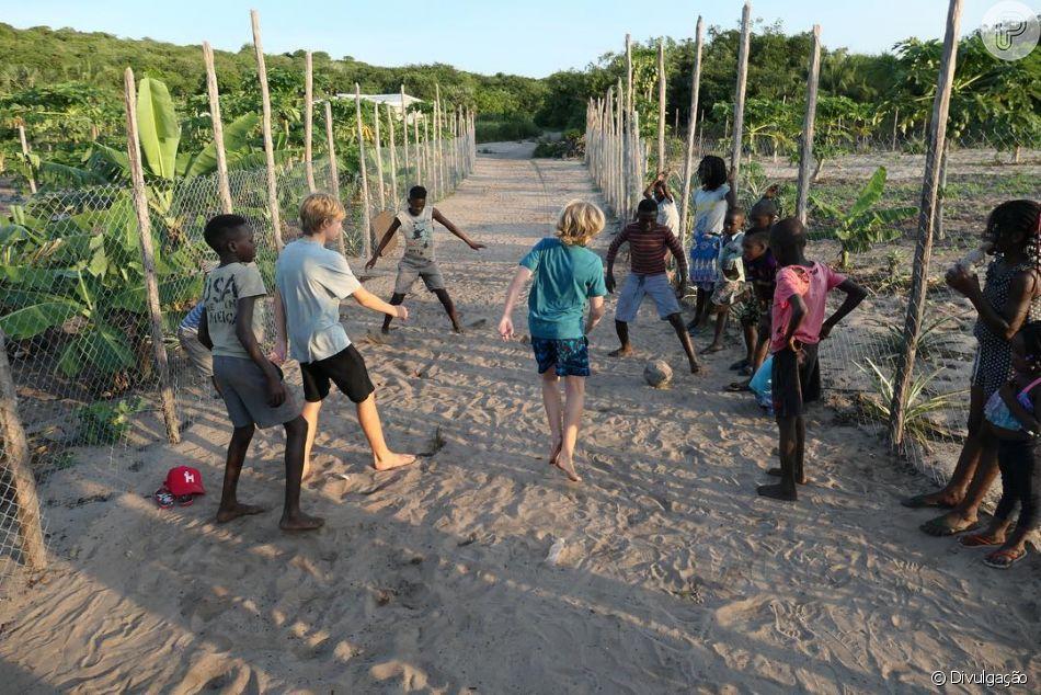 Luciano Huck presenteou as crianças da África com bola de futebol ... f9e0a695adfcf