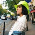 Manu Gavassi: chapéu neon também fora da praia