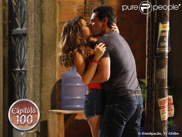 O primeiro beijo de Morena (Nanda Costa) e Théo (Rodrigo Lombardi),