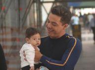 Wesley Safadão carrega filho caçula, Dom, no colo ao embarcar em aeroporto
