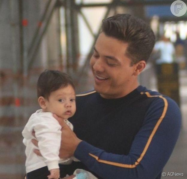Wesley Safadão e a mulher, Thyane Dantas, embarcaram com o filho, Dom, de 4 meses, nesta quarta-feira, 23 de janeiro de 2019