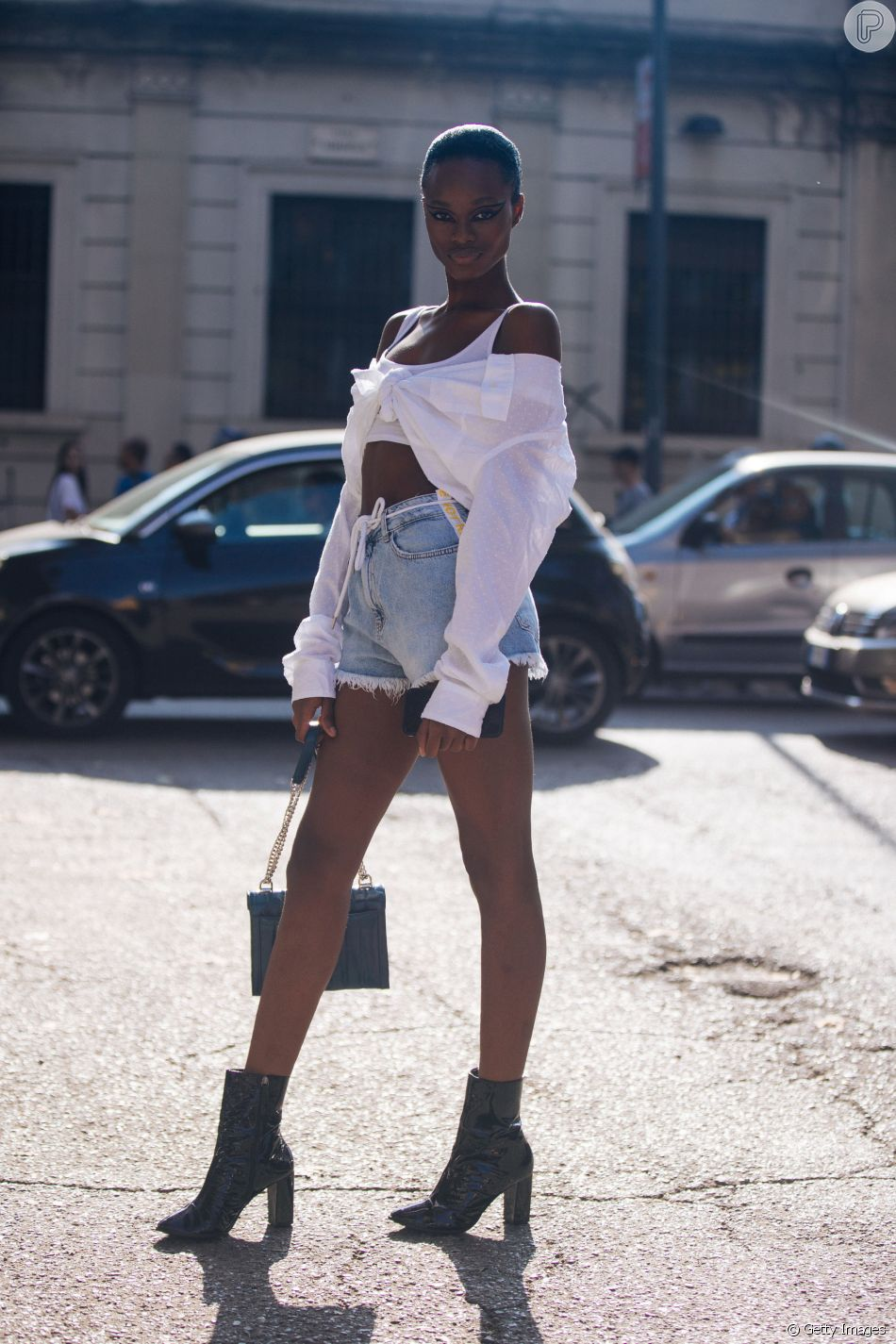 cd0d56cd9a Transformar a camisa social em cropped e blusa tomara que caia é um truque  para deixar look mais fresco durante o verão