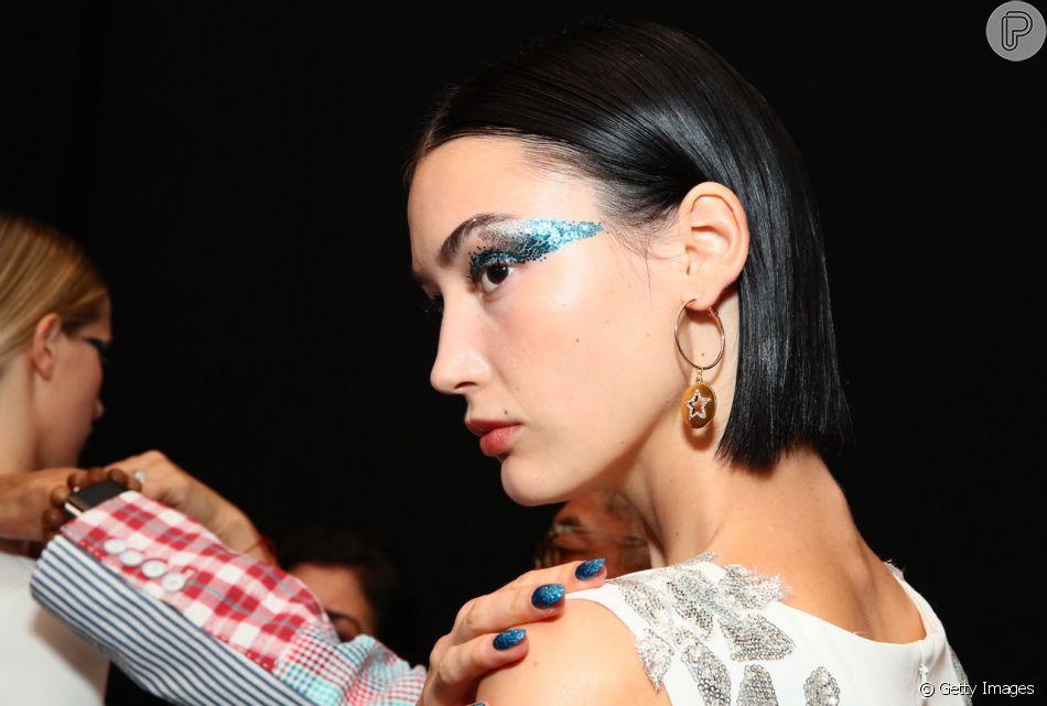 O corretivo também pode funcionar como uma 'cola' para o glitter no rosto