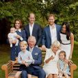 Na foto oficial do aniversário de 70 anos do sogro, Príncipe Charles, Meghan Markle usou um tubinho Givenchy