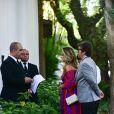 Ingrid Guimarães foi fotografada ao chegar no casamento de Laura Neiva e Chay Suede