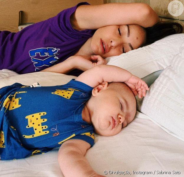 Sabrina Sato apareceu dormindo com a filha, Zoe, neste domingo, 3 de fevereiro de 2019