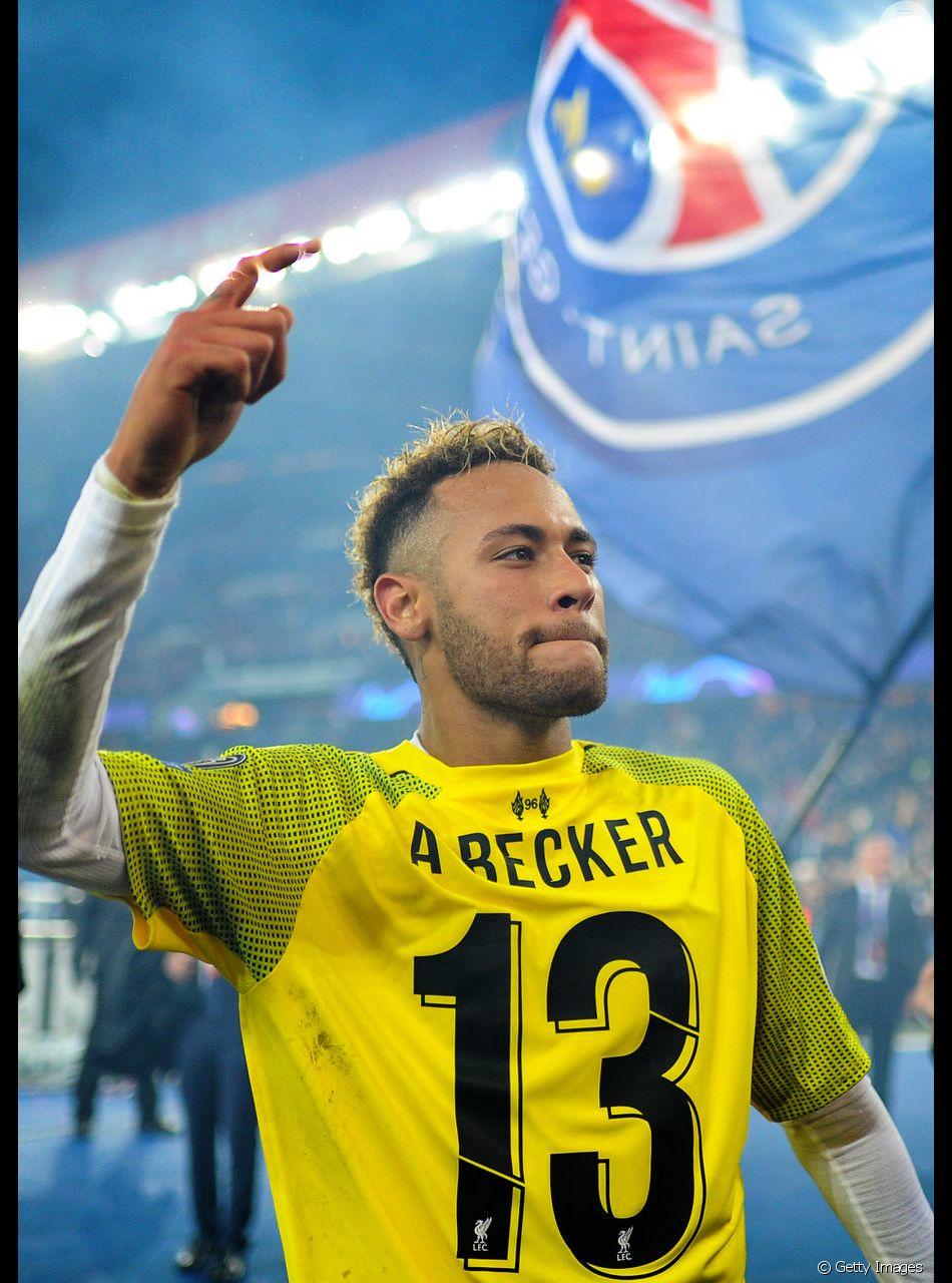 Platinado e com muletas, Neymar canta em festa de aniversário: 'Livre pra voar'   Neymar surge platinado, com muletas e tênis personalizado em aniversário: 'Livre pra voar'. Vídeo!