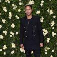 Neymar surge platinado, com muletas e tênis personalizado em aniversário