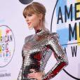 Taylor Swift usou um vestido curto metalizado da Balmain para o American Music Awards 2018