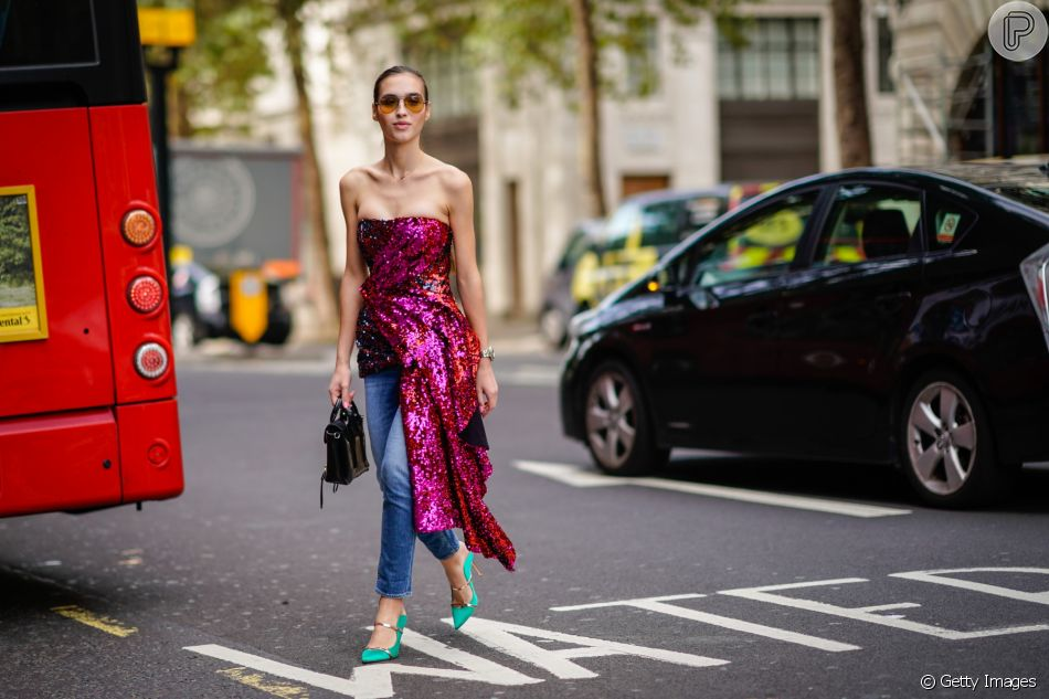 Baile de Carnaval no brilho! Vestido de lantejoulas com jeans e scarpin colorido: super fashionista!