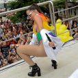 Anitta rebola até o chão durante bloco de carnaval