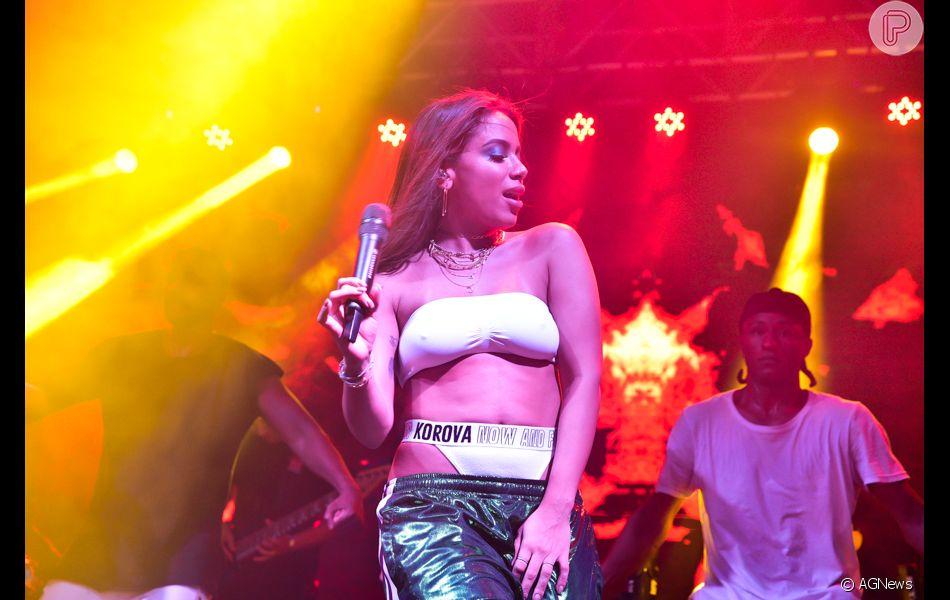 016bbd166 Anitta deixa calçinha à mostra ao usar calça com cós baixo em show ...