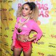 Anitta chamou atenção ao surgir de cabelo cacheado e megavolumoso