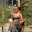 Patricia Poeta faz caminhada na orla do Rio de Janeiro
