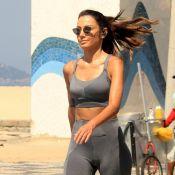 Com look fitness, Patricia Poeta caminha na orla do Rio e mostra boa forma