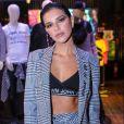 Mariana Rios combina conjunto xadrez com top de tricot em evento de moda