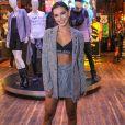 Mariana Rios adicionou ao styling com sandália Helen Black de R$ 568,00