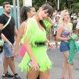 Paolla Oliveira segura peruca morena para afastar o calor