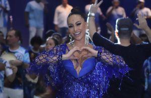 Sabrina Sato elege look total blue e maxibrinco ao curtir ensaio da Vila Isabel